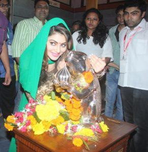 Urvashi Rautela Visits Andheri Cha Raja to Seek Blessings of Lord Ganesha